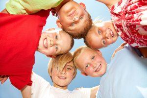 uśmiechnięte dzieci na zielonej szkole