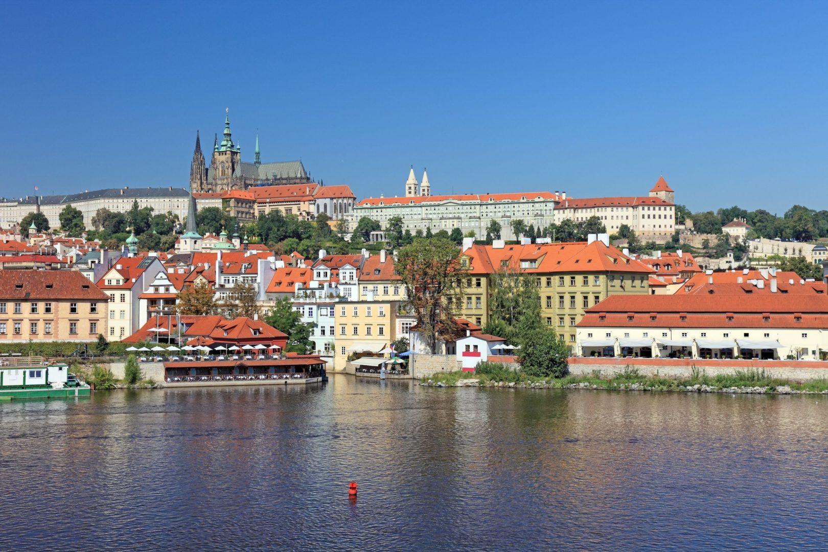 Wycieczka szkolna do Pragi, widok na Hradczany, Wełtawa
