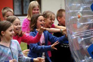 Aktywne zielone szkoły - dzieci z kulą zoorba