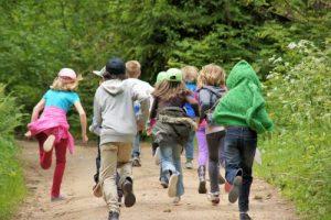 Dzieci na wycieczce szkolnej, bieg terenowy