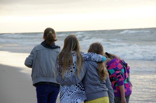 Dzieci na zielonej szkole spacer nad morzem