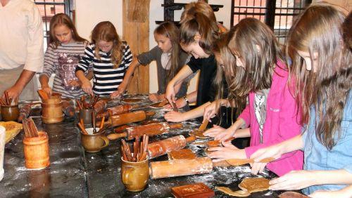 Wycieczka szkolna Toruń, warsztaty, Żywe muzeum piernika