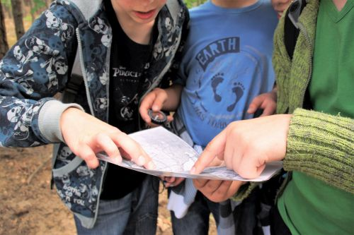 Wycieczka szkoła przetrwania, dzieci, kompas, mapa