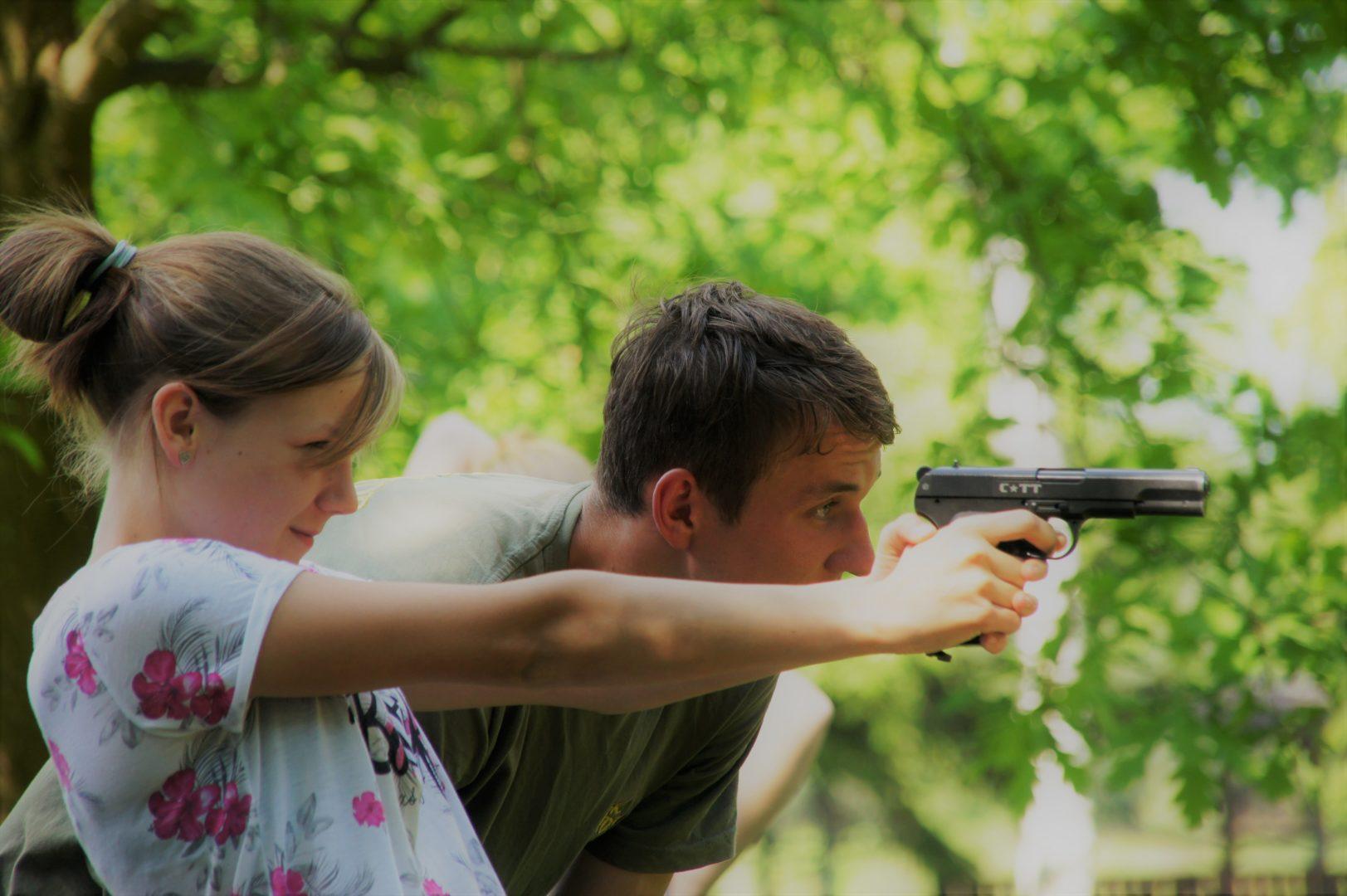 dziewczyna strzela