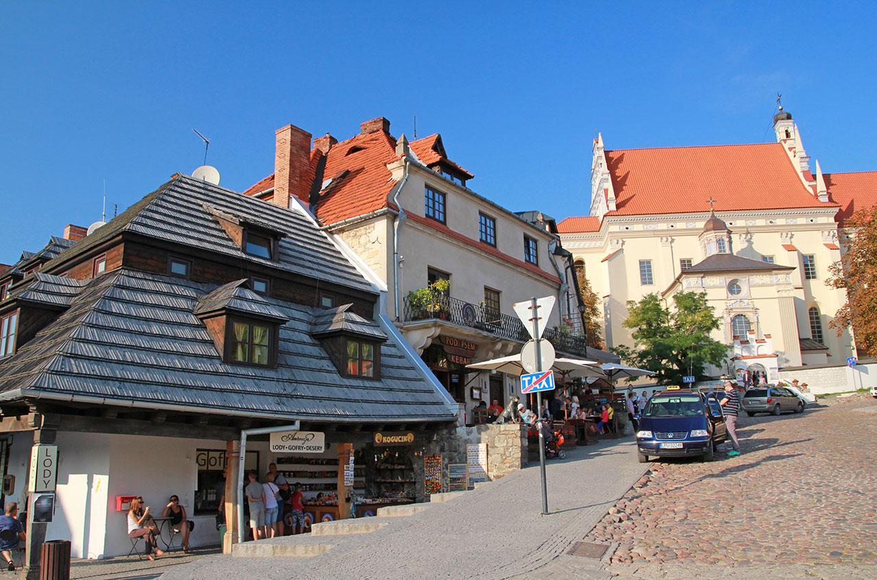 Kazimierz Dolny widok z rynku na kościół