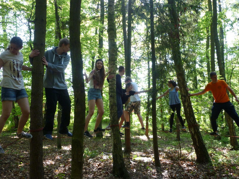 Aktywna wycieczka szkolna, zajęcia linowe w lesie