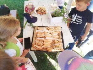 wycieczka szkolna dla najmłodszych, warsztaty, pieczenie paluchów chlebowych