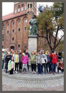 Wycieczka szkolna do Torunia, zdjęcie pod pomnikiem Kopernikaa